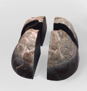 Twarz X / Face X z cyklu ?Twarze? / from the series Faces, 1998, marmur / marble, 50×90×40 cm